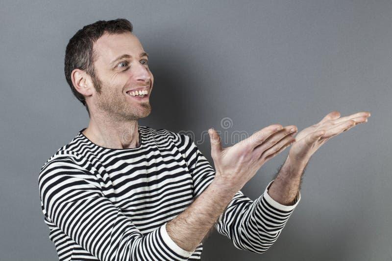 Conceito da linguagem corporal para o homem 40s excitado que mostra algo imagens de stock