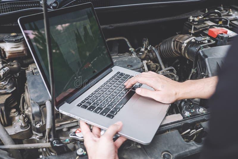 Conceito da máquina do motor de automóveis dos serviços, reparador do mecânico de automóvel que verifica um motor de automóveis c fotografia de stock royalty free
