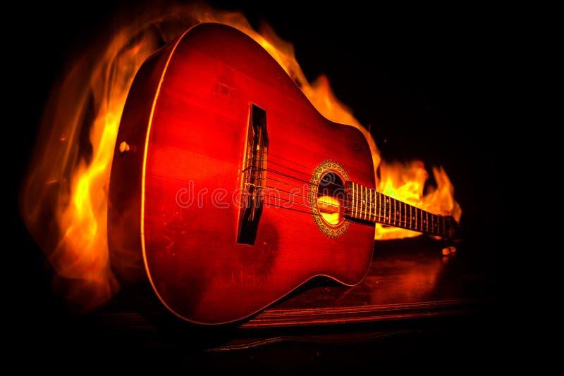 Conceito da música Guitarra acústica isolada em um fundo escuro sob o feixe de luz com fumo com espaço da cópia Cordas da guitarr imagens de stock