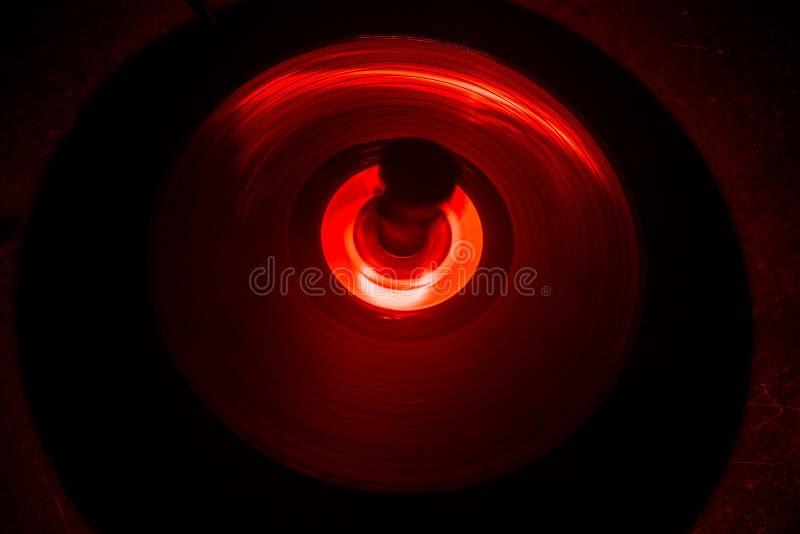 Conceito da música Vinil de incandescência de Freezelight no fundo escuro ou plataforma giratória que joga o vinil com linhas abs imagem de stock