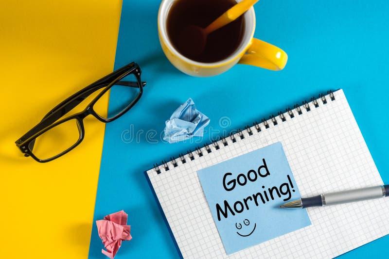 Conceito da manhã Começo de um dia agradável com uma xícara de café e uma mensagem da inspiração - bom dia fotografia de stock