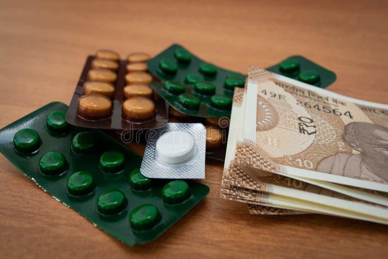Conceito da medicina disponível na Índia devido às drogas genéricas em notas indianas da moeda como o fundo fotos de stock royalty free