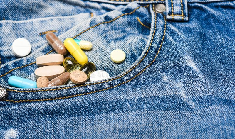 Conceito da medicina e do tratamento Drogas no fundo da sarja de Nimes Medicinas de mistura Tratamento rápido Prescrição da medic imagem de stock royalty free