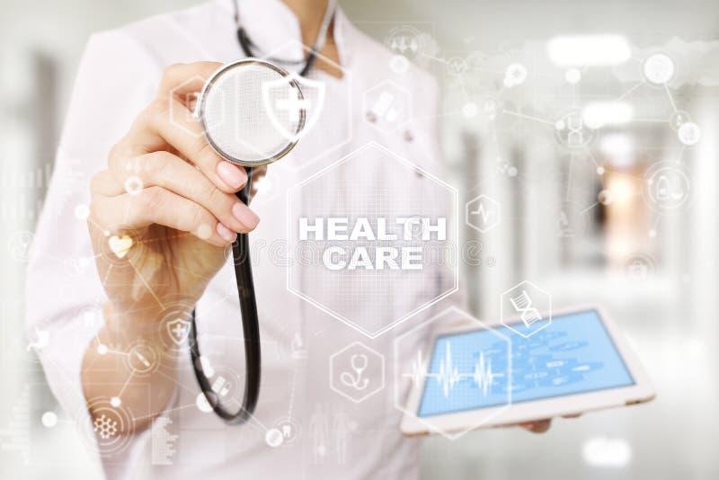 Conceito da medicina e dos cuidados médicos Médico que trabalha com PC moderno Registro de saúde eletrônico ELA, EMR fotos de stock