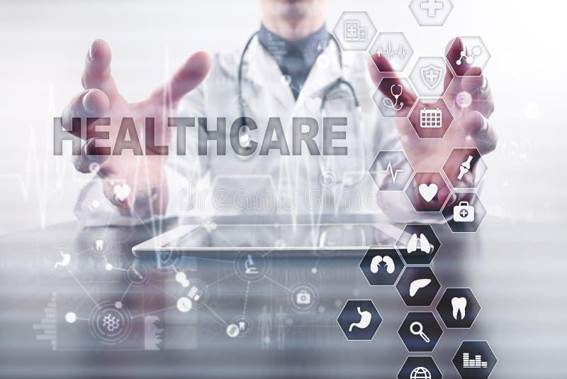 Conceito da medicina e dos cuidados médicos Médico que trabalha com PC moderno Registro de saúde eletrônico ELA, EMR imagens de stock royalty free