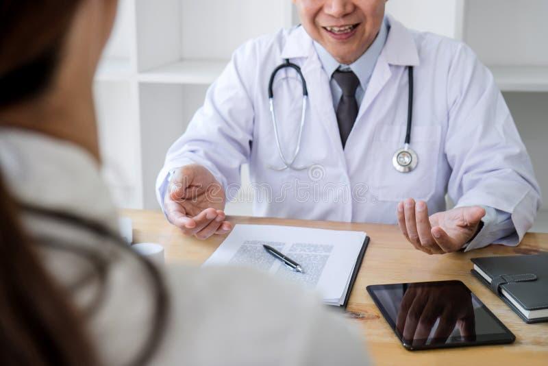 Conceito da medicina e dos cuidados médicos, professor Doctor que apresenta o relatório do diagnóstico e para recomendar algo um  fotos de stock