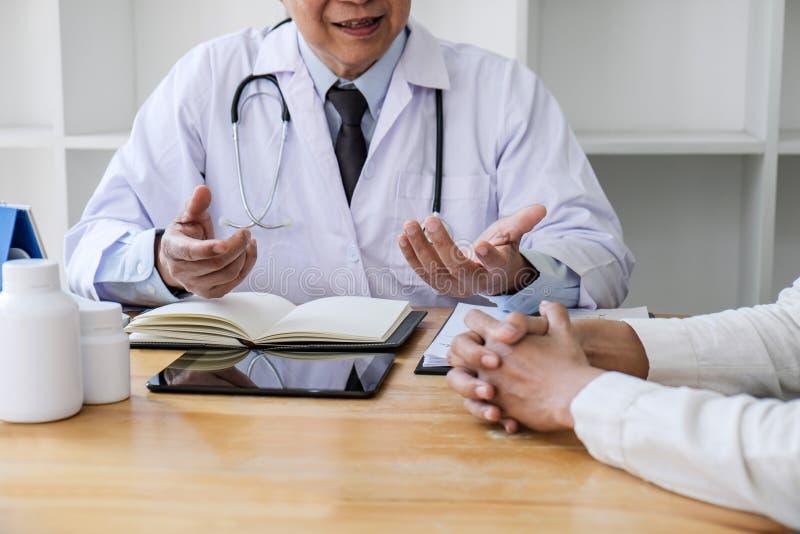 Conceito da medicina e dos cuidados médicos, professor Doctor que apresenta o relatório do diagnóstico e para recomendar algo um  imagens de stock