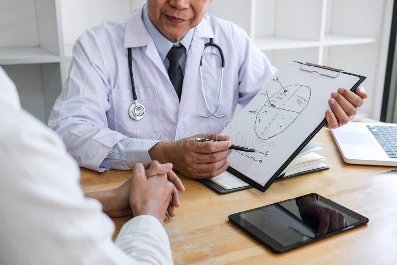 Conceito da medicina e dos cuidados m?dicos, professor Doctor que apresenta o relat?rio do diagn?stico e para recomendar algo um  fotos de stock