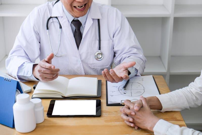 Conceito da medicina e dos cuidados m?dicos, professor Doctor que apresenta o relat?rio do diagn?stico e para recomendar algo um  imagem de stock