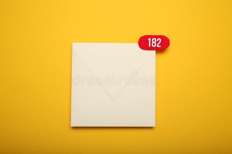 Conceito da mensagem de correio eletrónico, uma comunicação do bate-papo do negócio Envelope liso app imagem de stock royalty free