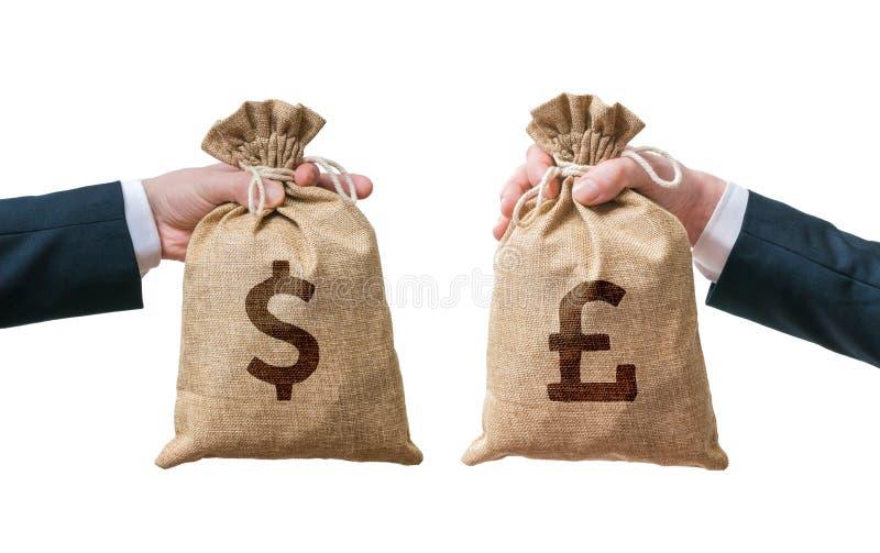 Conceito da moeda da troca As mãos mantêm o saco completo do dinheiro - dólar e libras britânicas fotos de stock
