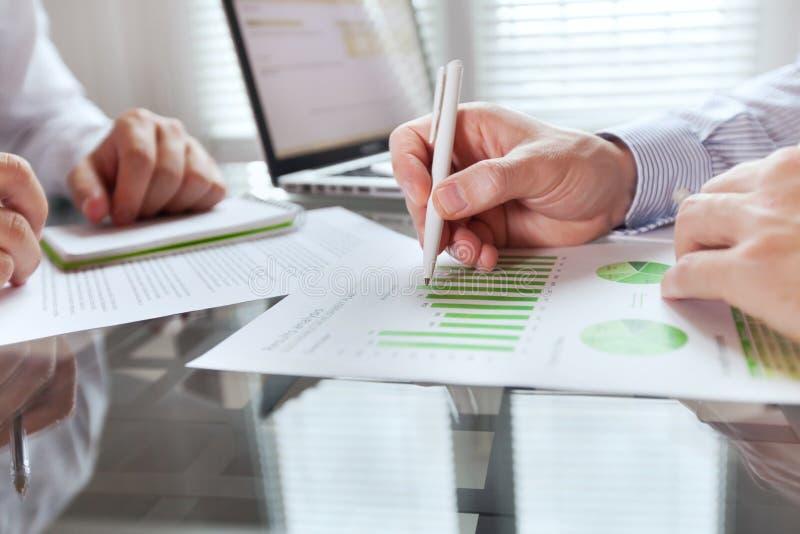 Conceito da monitoração do negócio, estratégia da finança imagem de stock