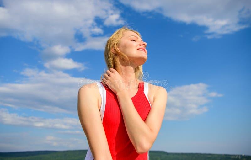 Conceito da namoradeira e do coquete A luz solar agradável aquece-se O vestido vermelho da mulher sente despreocupado e livre Sor fotos de stock