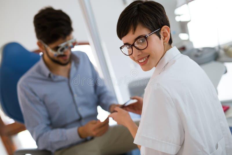 Conceito da oftalmologia Exame paciente da visão do olho na clínica ophthalmological fotos de stock