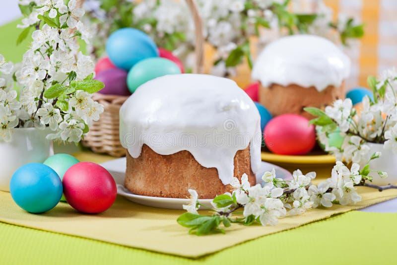 Conceito da Páscoa - bolo, ovos e flores de cerejeira imagens de stock royalty free