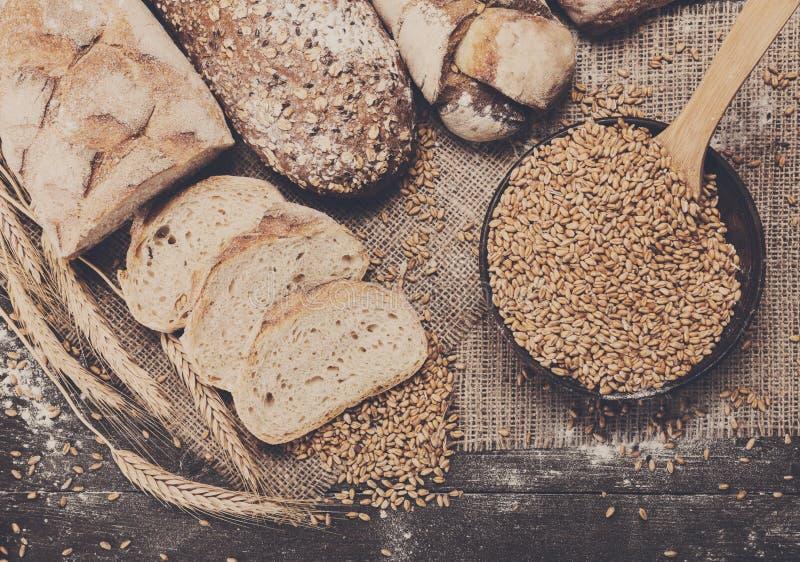 Conceito da padaria Abundância do fundo cortado do pão imagem de stock