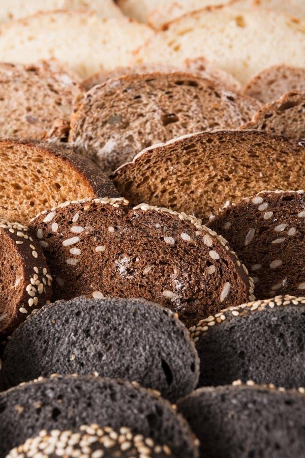 Conceito da padaria Abundância do fundo cortado do pão foto de stock royalty free