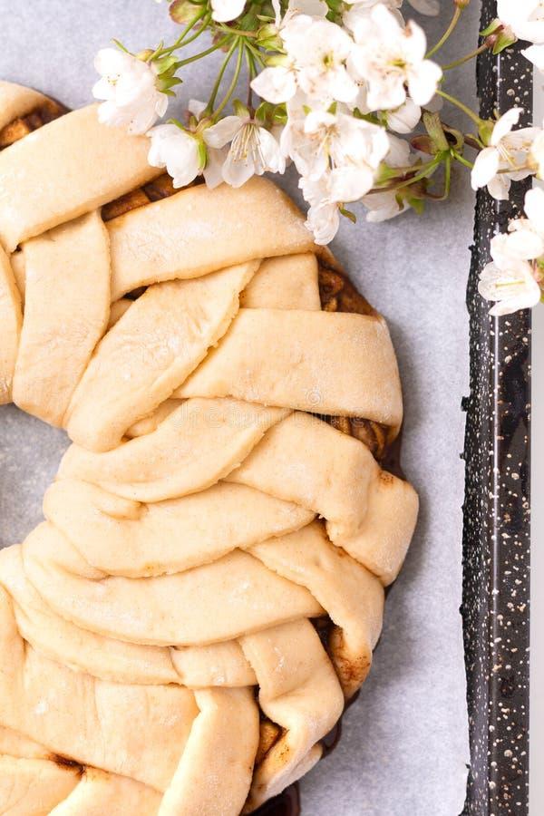 Conceito da padaria do alimento que faz o dought do pão para pão trançado do rolo de canela da maçã com espaço da cópia imagem de stock