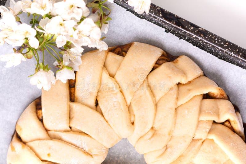 Conceito da padaria do alimento que faz o dought do pão para pão trançado do rolo de canela da maçã com espaço da cópia fotografia de stock
