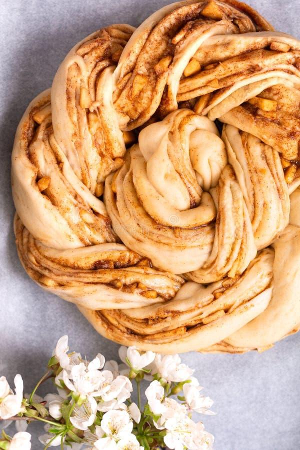 Conceito da padaria do alimento que faz o dought do pão para pão trançado do rolo de canela da maçã com espaço da cópia foto de stock