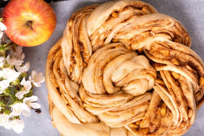 Conceito da padaria do alimento que faz o dought do pão para pão trançado do rolo de canela da maçã com espaço da cópia imagens de stock royalty free