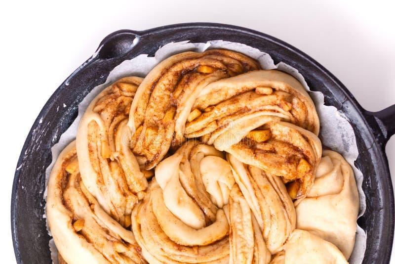Conceito da padaria do alimento que faz o dought do pão para pão trançado do rolo de canela da maçã com espaço da cópia imagens de stock