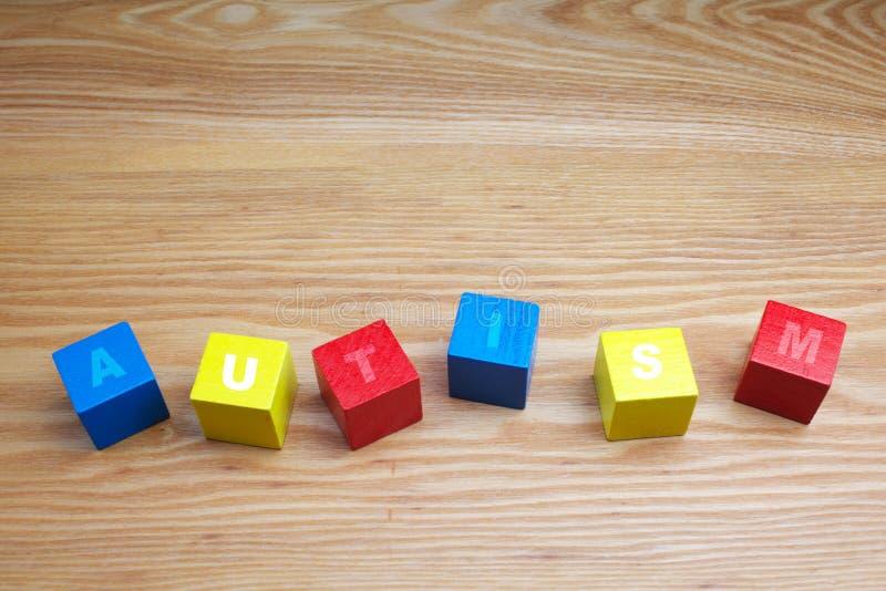 Conceito da palavra do autismo em cubos de madeira coloridos foto de stock