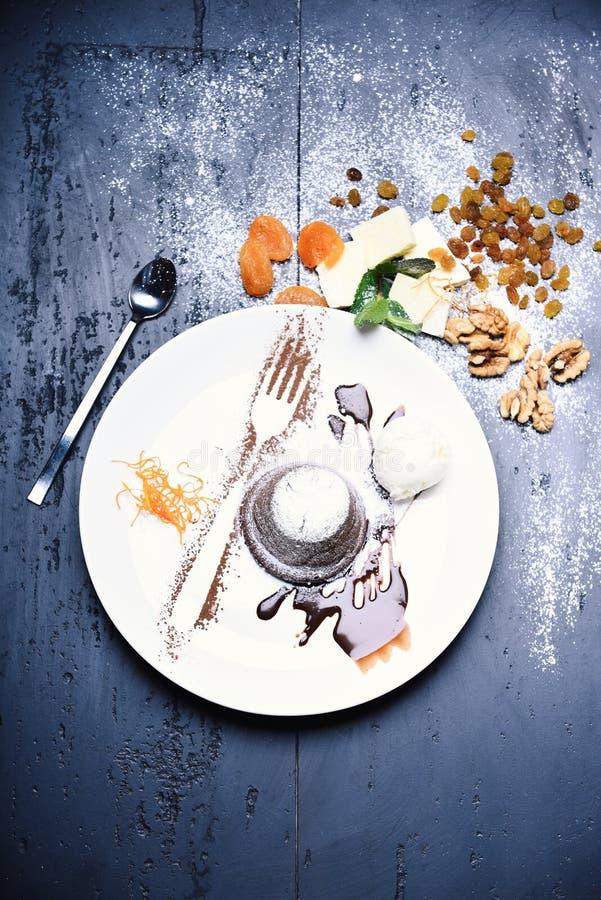 Conceito da pastelaria A sobremesa serviu com frutos secos na padaria fotos de stock