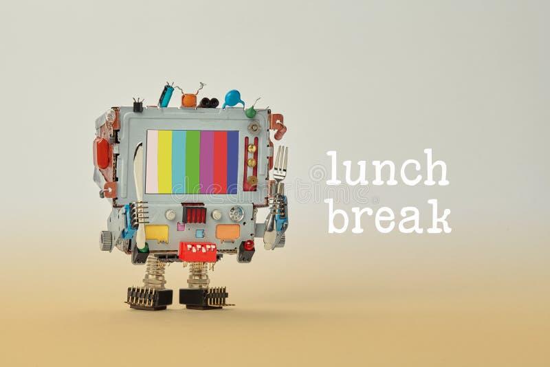 Conceito da pausa para o almoço Forquilha e faca do computador do cozinheiro chefe do robô nos braços Cara retro do monitor do cy imagens de stock
