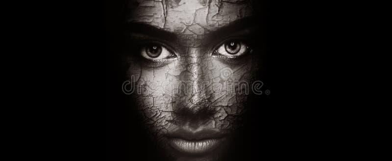 Conceito da pele seca Mulher com textura rachada da cara imagens de stock