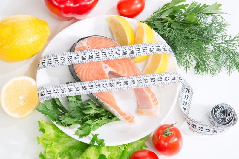 Conceito da perda de peso da dieta. Bife salmon fresco fotografia de stock royalty free