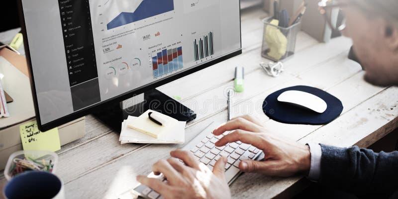 Conceito da pesquisa de Working Dashboard Strategy do homem de negócios fotos de stock