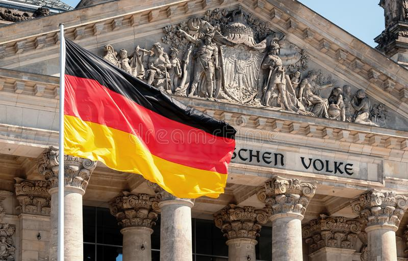 Conceito da política de Alemanha: Bandeira alemão na frente da construção de Reichstag fotos de stock