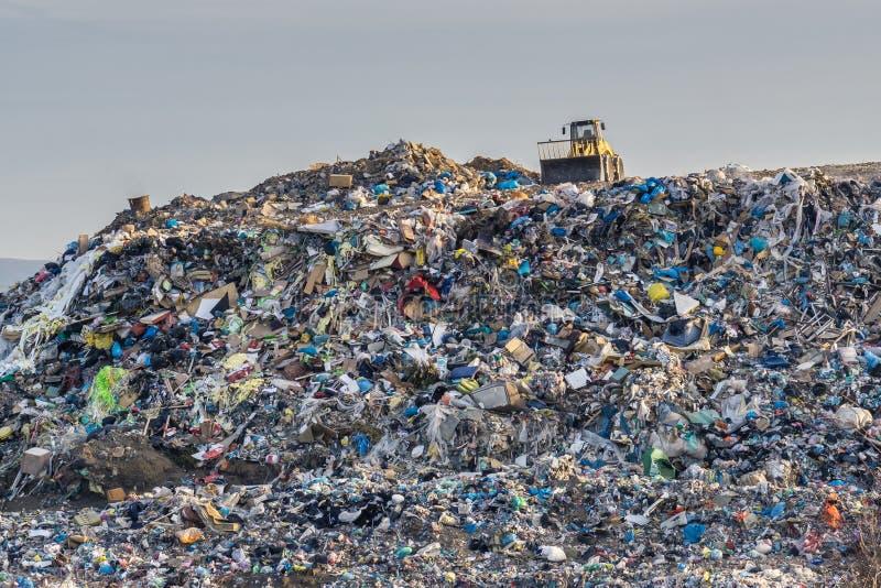Conceito da poluição Pilha do lixo na descarga ou na operação de descarga de lixo fotografia de stock royalty free