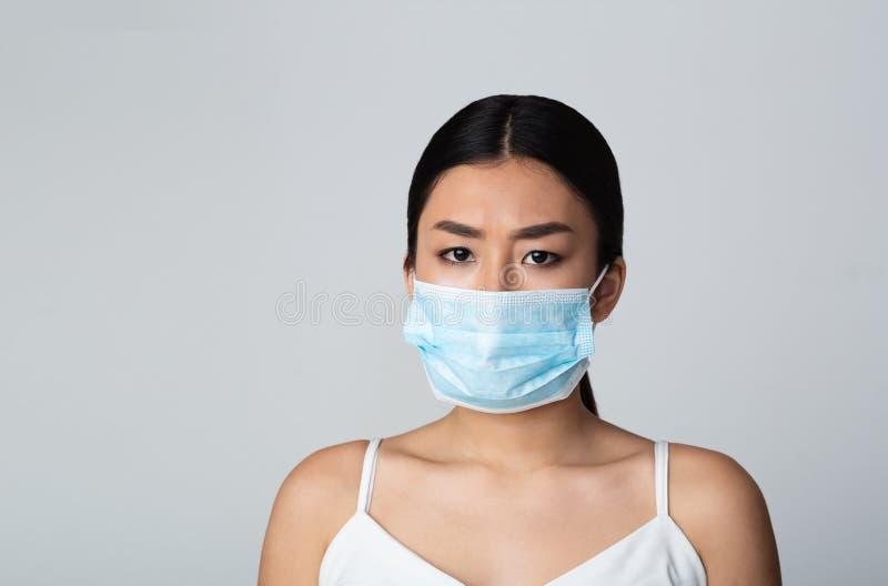 Conceito da polui??o do ar Máscara protetora vestindo da cara da menina fotografia de stock royalty free