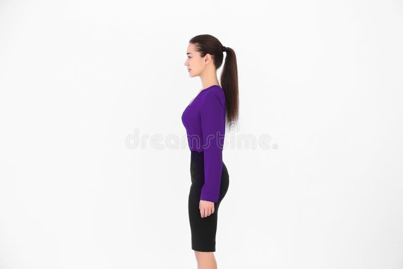 Conceito da postura Mulher nova no fundo foto de stock
