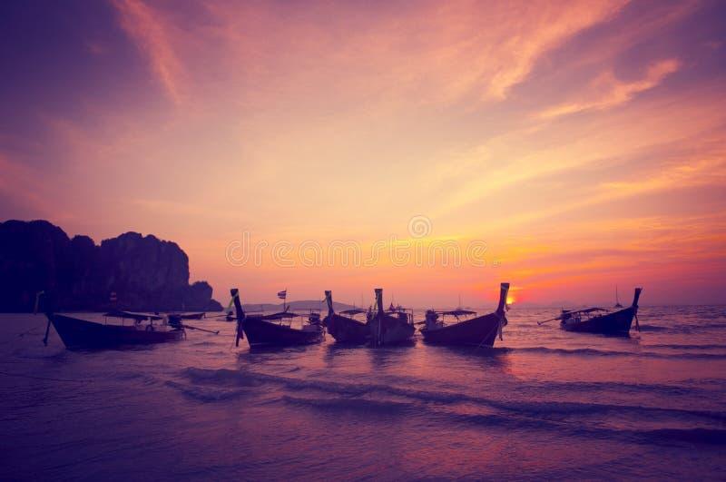Conceito da praia da natureza do por do sol do litoral da baía dos barcos fotos de stock