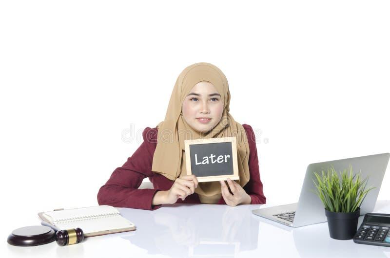 Conceito da procrastinação e da urgência mulheres felizes da cara que sentam-se e imagens de stock