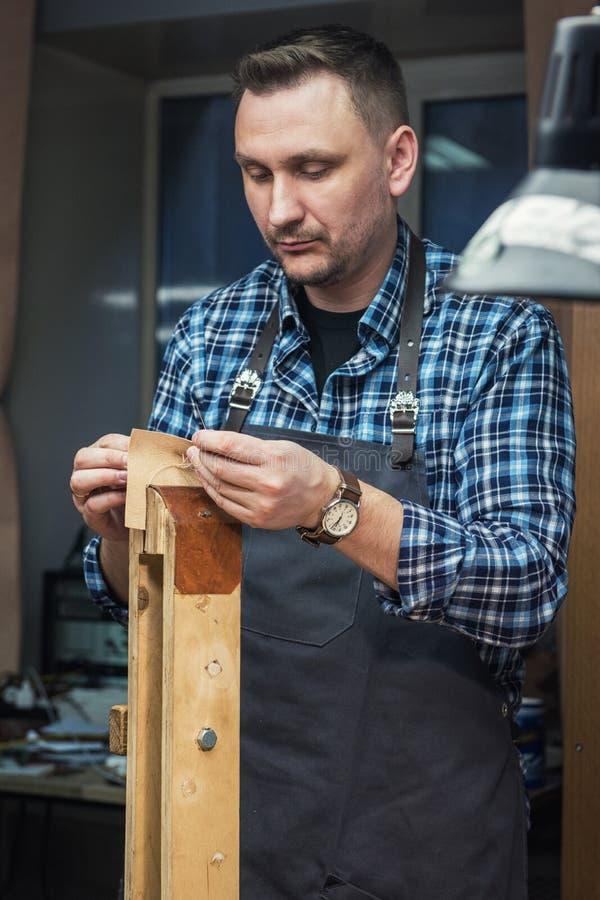 Conceito da produção feito a mão do ofício dos bens de couro imagem de stock