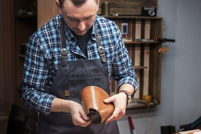 Conceito da produção feito a mão do ofício dos bens de couro foto de stock