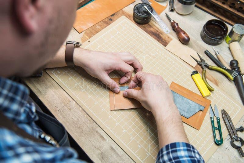 Conceito da produção feito a mão do ofício dos bens de couro fotos de stock royalty free