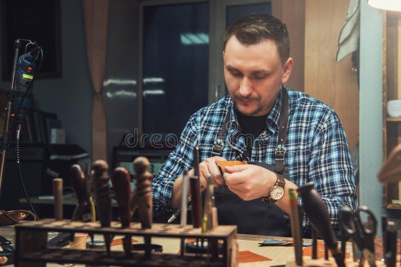 Conceito da produção feito a mão do ofício dos bens de couro fotos de stock