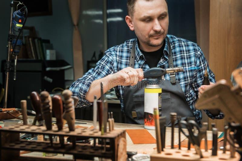 Conceito da produção feito a mão do ofício dos bens de couro fotografia de stock royalty free