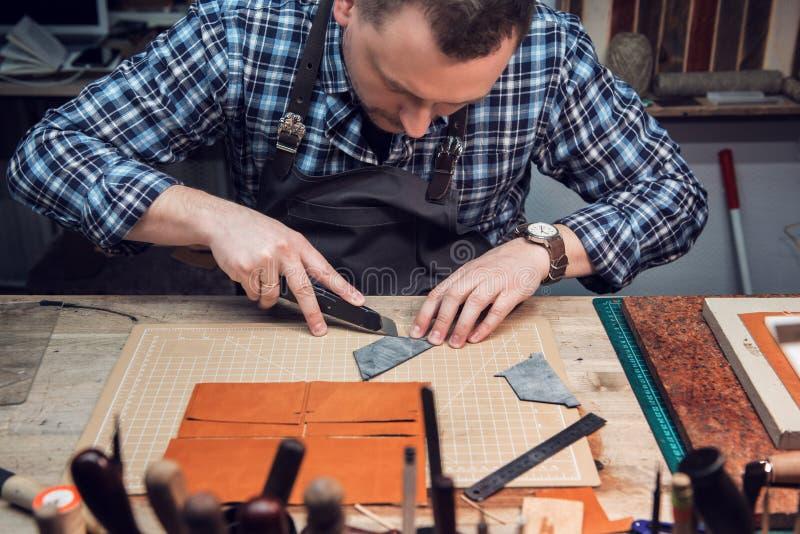Conceito da produção feito a mão do ofício dos bens de couro imagens de stock royalty free