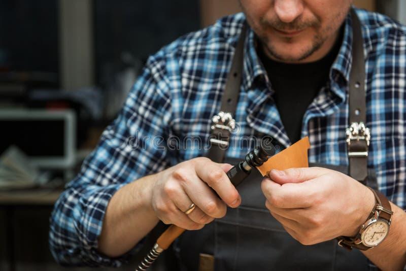 Conceito da produção feito a mão do ofício dos bens de couro imagens de stock