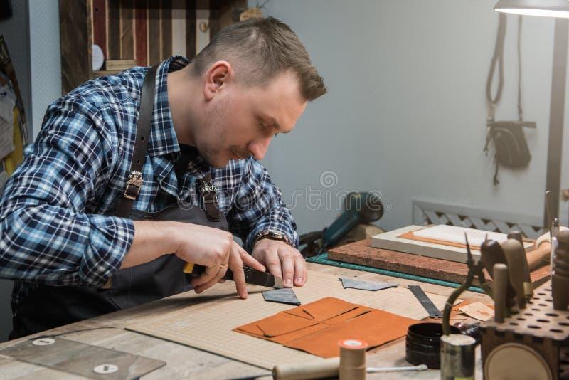 Conceito da produção feito a mão do ofício dos bens de couro foto de stock royalty free