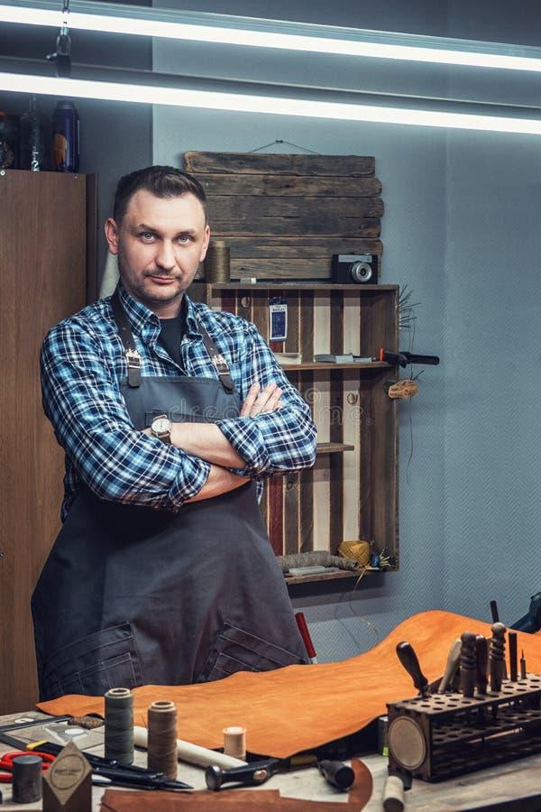 Conceito da produção feito a mão do ofício dos bens de couro fotografia de stock