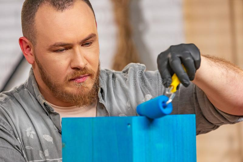 Conceito da profissão, da carpintaria, da carpintaria e dos povos - carpinteiro que trabalha com prancha e tampas de madeira ele  fotos de stock