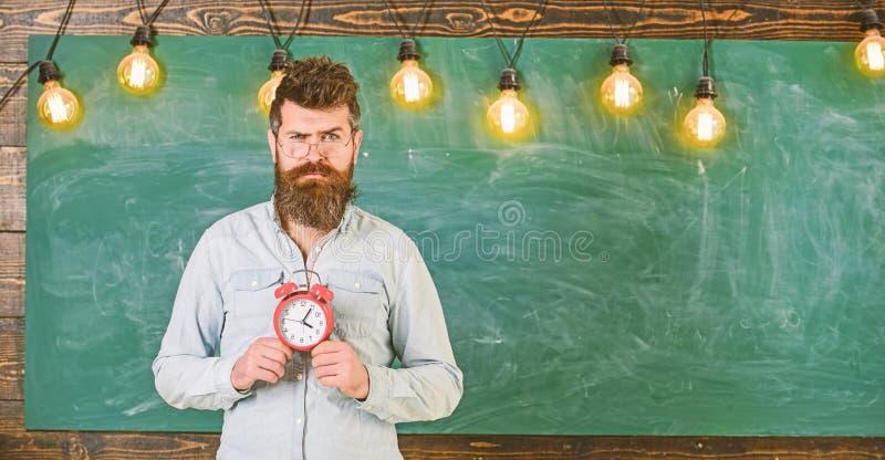 Conceito da programação da escola O homem com barba e o bigode na cara suspeito estão na sala de aula O moderno farpado guarda o  fotos de stock royalty free