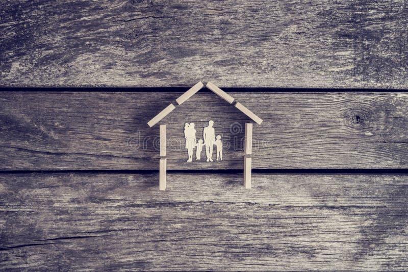 Conceito da propriedade ou dos bens imobiliários com cortado de uma família com imagem de stock